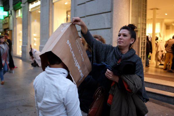 stradivarius bag bolsa preciados madrid miguel de pereda fotogenik street photography collective colectivo fotografía callejera