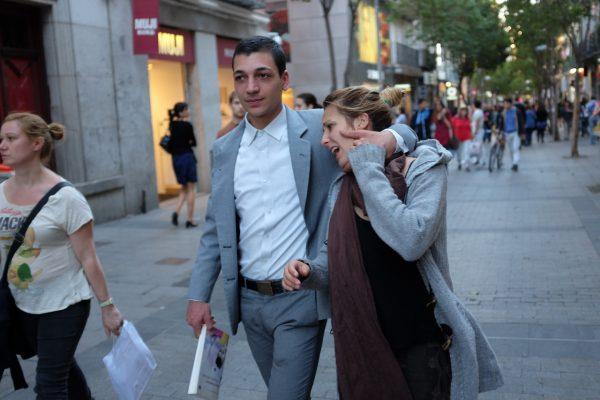 neck hug abrazo cuello Madrid miguel de pereda fotogenik street photography collective colectivo fotografía callejera