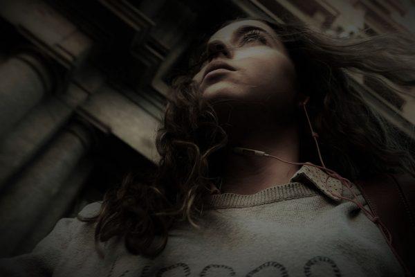 girl hair to the wind jon bradburn fotogenik collective street photography colectivo fotografía callejera