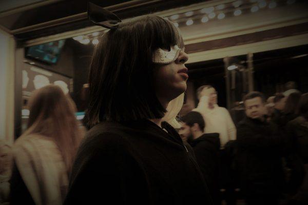 girl with mask jon bradburn fotogenik collective street photography colectivo fotografía callejera