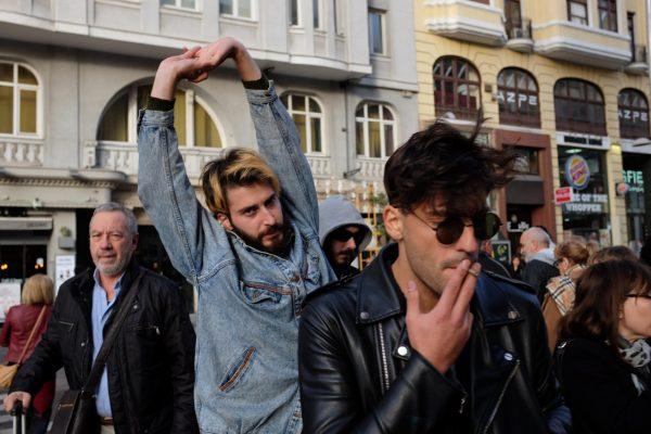 hands up manos arriba gran vía Madrid miguel de pereda fotogenik street photography collective colectivo fotografía callejera