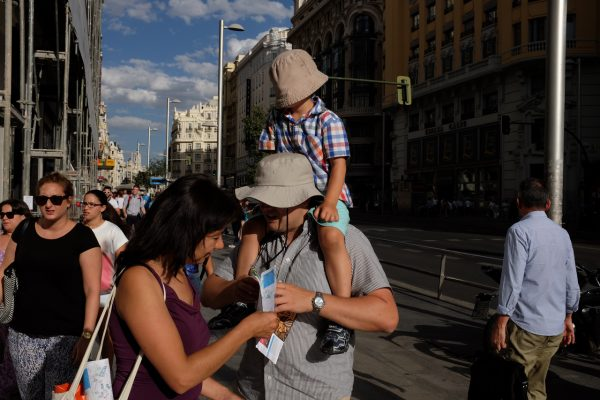 hat father son sombrero padre hijo gran vía Madrid miguel de pereda fotogenik street photography collective colectivo fotografía callejera