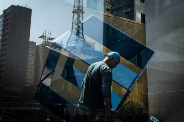 construction man in blue Raphael Valverde fotogenik collective street photography
